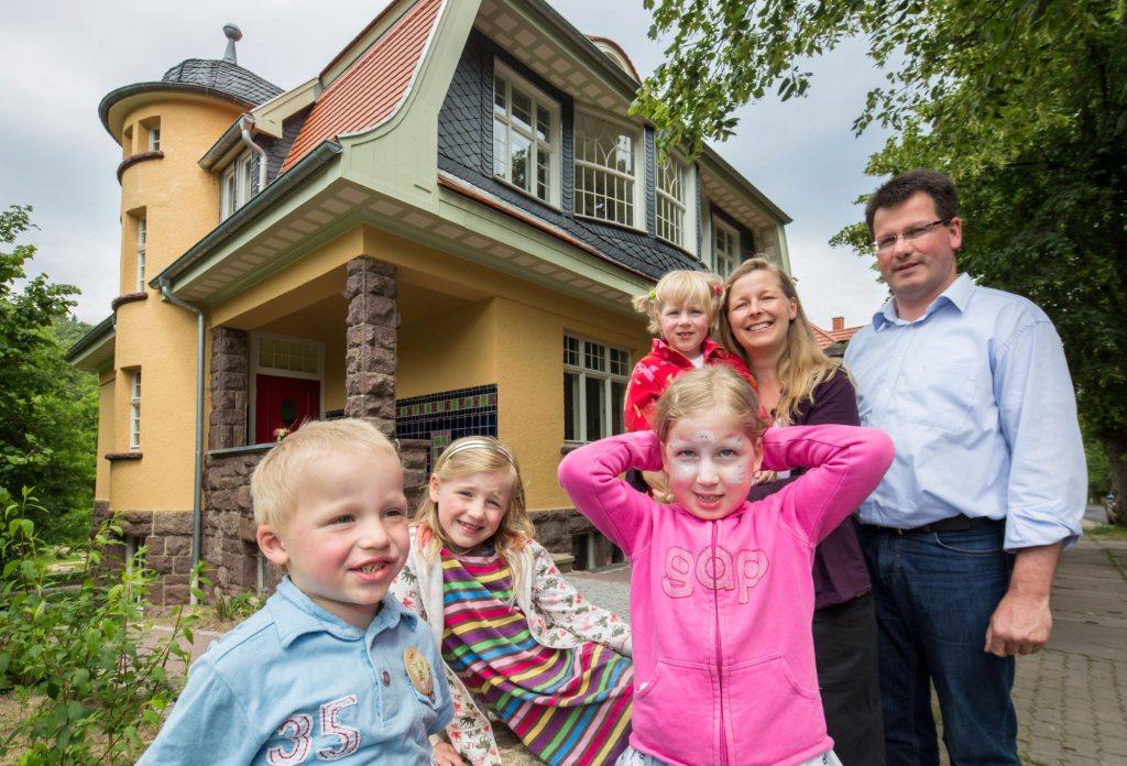 Familie Philipp vor der Villa